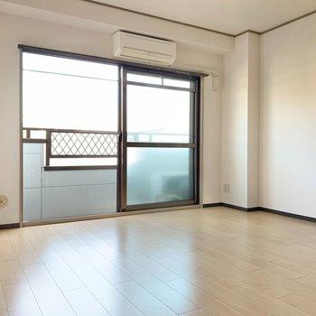 ロフト側から。洋室はゆとりあり。大きめの家具だって置けそうです。