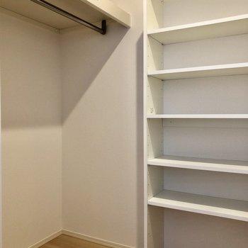 広々のWIC付き付き!棚も作り付けで片付けやすいですね。