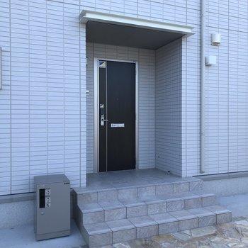 玄関前に宅配ボックス付き。