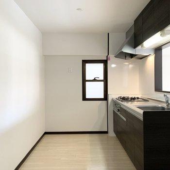 後ろの空間もゆとりがあるのでキッチン家電や食器棚もしっかり置けますね◎