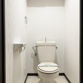 1番手前がおトイレ。2コ式のペーパーホルダーが嬉しい◎コンセントがあるのでウォシュレットの後付けも可能です。