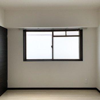 【洋6中】お次は東側の真ん中のお部屋。広さは6帖。