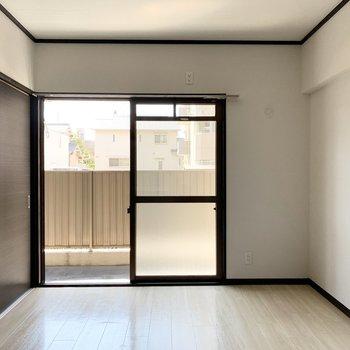 【洋6南】こちらは6帖のお部屋。こちらにも大きな掃き出し窓。