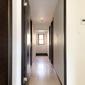 お次は廊下へ。
