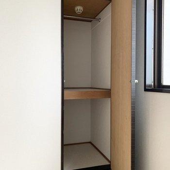 【洋6中】窓際に収納が。押入れにハンガーパイプが付いて、クローゼットに。