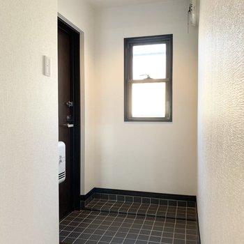さて、室内の最後は玄関を。黒いタイルのタタキが素敵◎