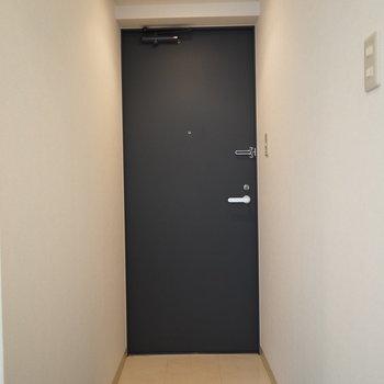 玄関もコンパクト。※写真は同間取り別部屋