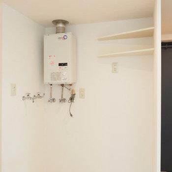 洗濯機と冷蔵庫は隣り合う感じ。※写真は同間取り別部屋