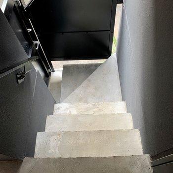 階段幅はやや狭めなので、大きい荷物の際はご確認を!