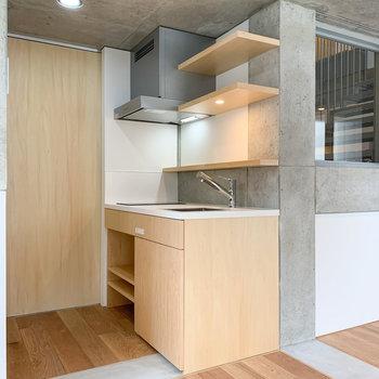 キッチンは木で作られており、あたたかみがあります。