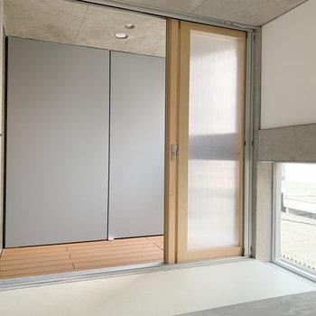 扉を開けるとインナーテラスに繋がっています。