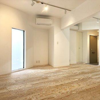 居室奥側からのアングル。床の木目が特徴的です。