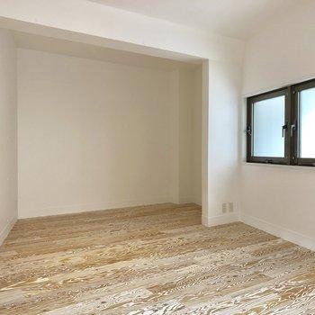 居室の奥側はベッドルームとして機能しそうです。