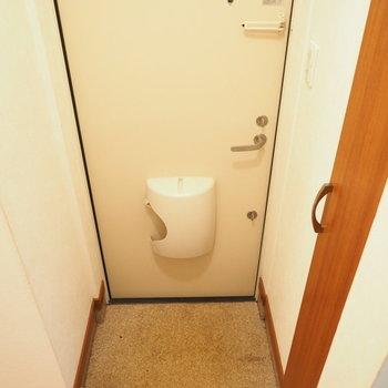 玄関はこじんまりと※写真は別室です