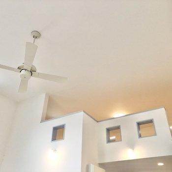 【LDK】シーリングファンがお部屋の空気を循環させてくれます。