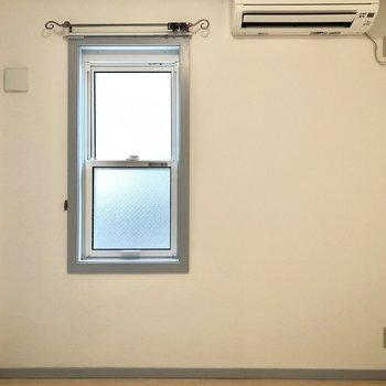 【洋室】こちらも窓のディテールが可愛いなあ。