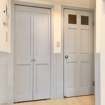 【LDK】キッチンの横にはドアが2つ。右は廊下へ、左は……?