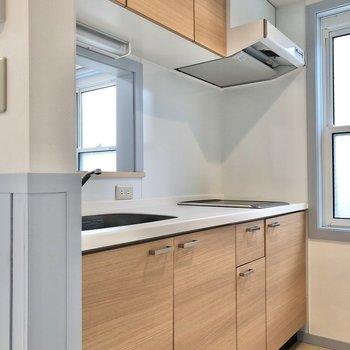 【LDK】優しい色合いのキッチンには収納たっぷりです。