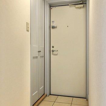 玄関横には縦に長いシューズボックス。