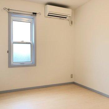 【洋室】エアコンも付いていて、寝室としてもいいですね。