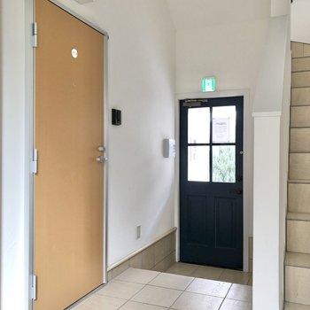お部屋は左のドアからです。