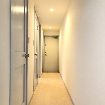 まっすぐ伸びる廊下へ。