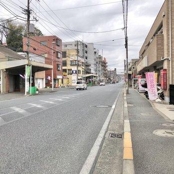 通りまでは細い道ですが、通りに出ると、道幅も広く運転しやすそうでした。