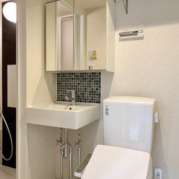 洗面台鏡後ろには収納がありますよ※写真は2階の同間取り別部屋のものです