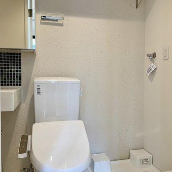 洗濯機置き場とトイレ上には棚が付いています※写真は2階の同間取り別部屋のものです