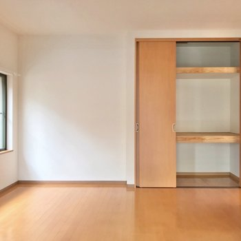 洋室はベッドを並べて置いてもいい広さ。ケースを使って上手に収納しましょう!