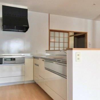 キッチンはL字になっています。IHの3口コンロ、グリル付きで利便性も安心面も◎