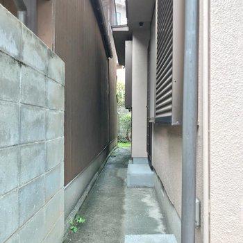 隣家との間の小道。キッチンの勝手口もありました。