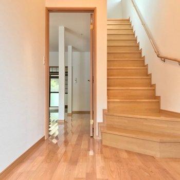 玄関を入って正面にリビング。階段の右隣にはトイレがあります。