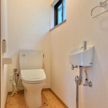 トイレは玄関側に。1つだけなので、朝の支度には余裕を持ちましょう!