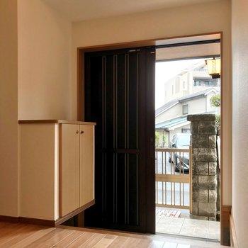玄関は引き戸になっています。2人一緒に出入りできそうな広さ。
