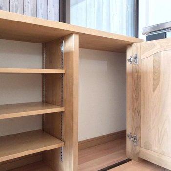 コンロの近くにはこんな棚。食器やお鍋の保管にも重宝します。
