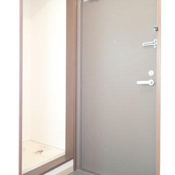 玄関は脱ぎ履きに十分なスペースです。