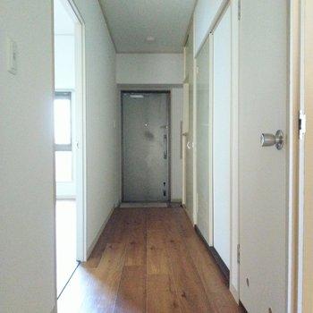 廊下も広々◎シューズボックスはコンパクトなので厳選して。