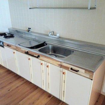 キッチンはレトロだけど、作業スペースしっかりです◎