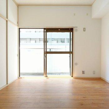 木目の床があたたかい洋室。