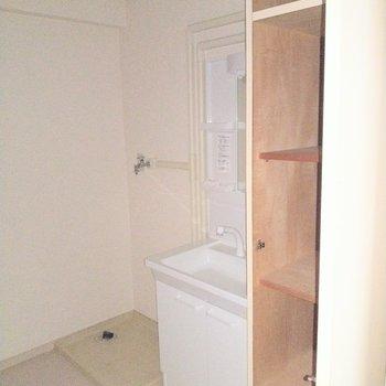 脱衣所には収納スペースも。タオルや洗剤をしまって。