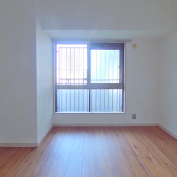 玄関横の洋室は共用部につながっています。ブラインドや簾で目隠しを。