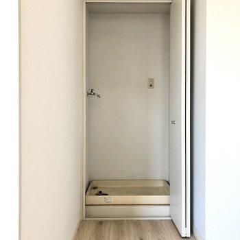 【LDK】キッチン入って左奥に洗濯機置き場がありました。
