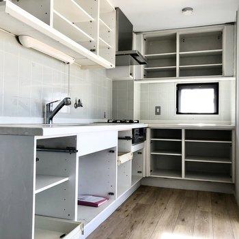 【LDK】キッチンは約5.1帖でゆったり作業できそうです。※写真はクリーニング前のものです