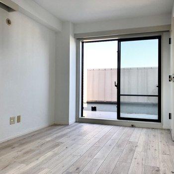 【洋室】窓は2つ。風通しがいいですよ。