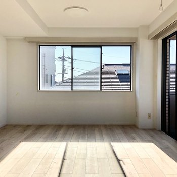 【LDK】窓から見える空の色も絶妙にマッチします。