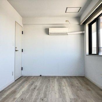 【洋室】こちらの部屋にもちゃんとエアコンが付いています。