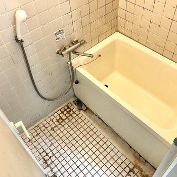 お風呂は湯船も洗い場もゆったりとした印象です。※写真はクリーニング前のものです