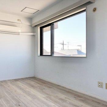 【洋室】テレビは右手の壁に沿って。