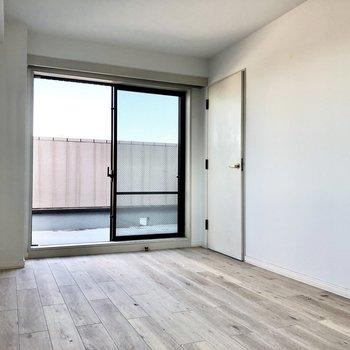 【洋室】窓隣の扉はウォークインクローゼットです。